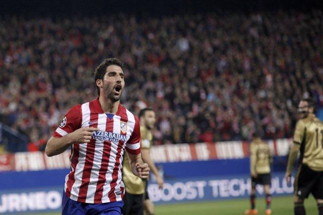 Raúl García celebra el tercer tanto ante el Milan