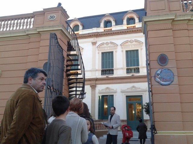 Personas esperando con sus hijos a las puertas del Centro Cívico Las Sirenas