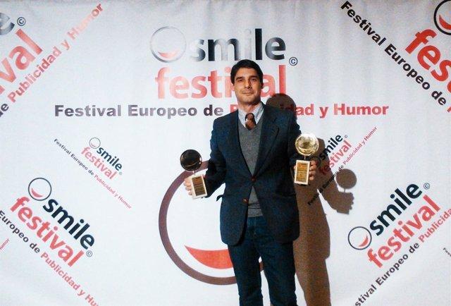 José Arribas posa con sus dos útlimos galardones del Smile Festival