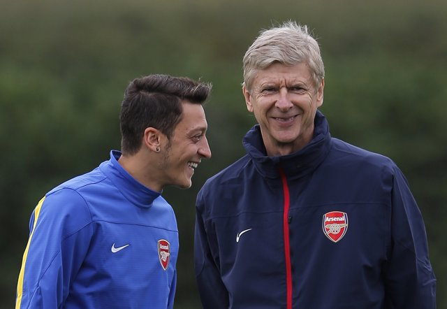 Arsene Wenger y Mesut Ozil en un entrenamiento del Arsenal