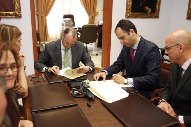 El alcalde firma un convenio con Telefónica