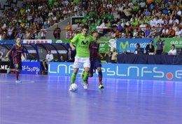 Ortiz perseguido por Ari en el Inter Movistar-FC Barcelona Alusport