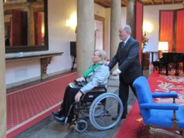 Gabino de Lorenzo empuja la silla de ruedas de Mercedes Fernández.