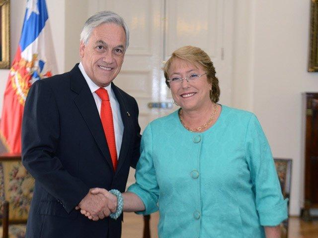 El presidente saliente, Sebastián Piñera, y la electa, Michelle Bachelet