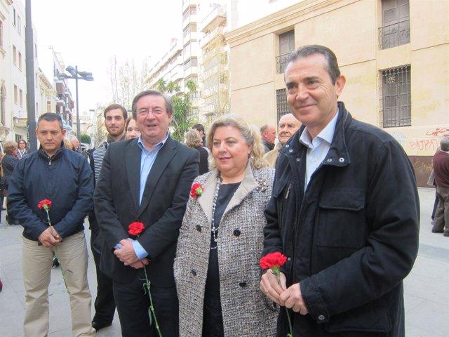 En el centro, la secretaria de Ciudadanía del PSOE-A, Clara Aguilera