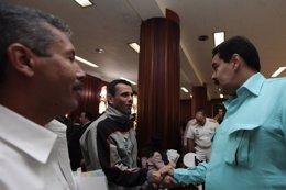 Nicolas Maduro saluda a Henrique Capriles