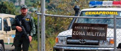 La FANB agrede a dos políticos opositores frente a la cárcel donde está López