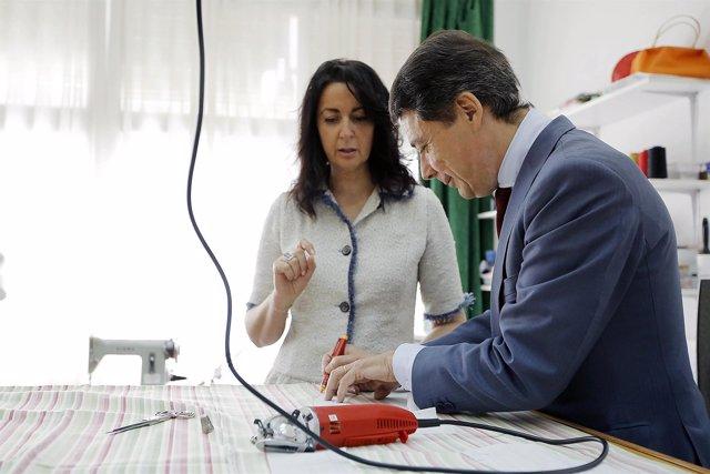 González en un taller de costura