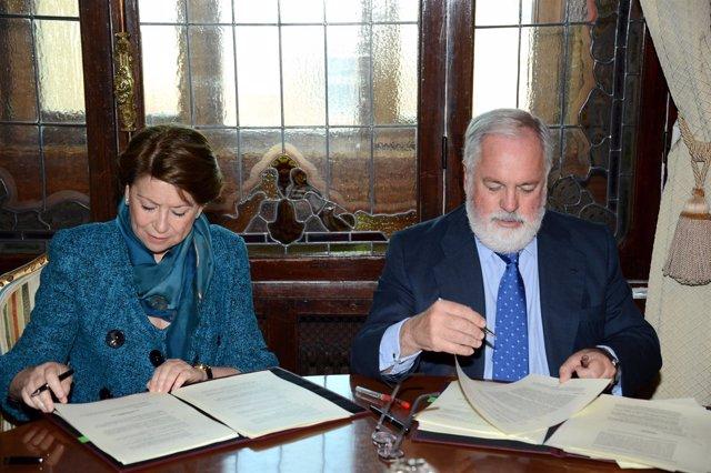 Miguel Arias Cañete y Magdalena Álvarez firman un acuerdo