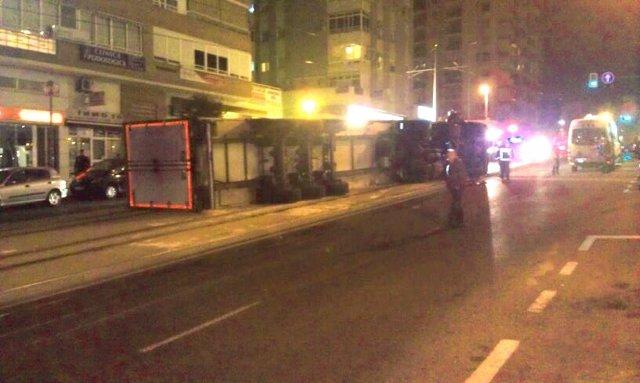 Trailer volcado sobre las vías del TRAM en la calle Kiko Sánchez