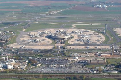 La huelga en los aeropuertos franceses obliga a suspender un 30% de vuelos en París
