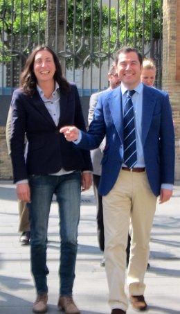 Dolores López y Juanma Moreno a las puertas de la sede del PP-A