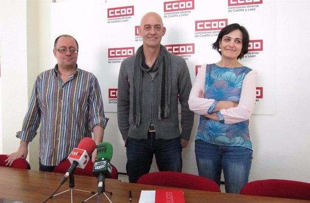 Emilio Pérez y los técnicos del sindicato Sonia Bonal y Marcial Iglesias