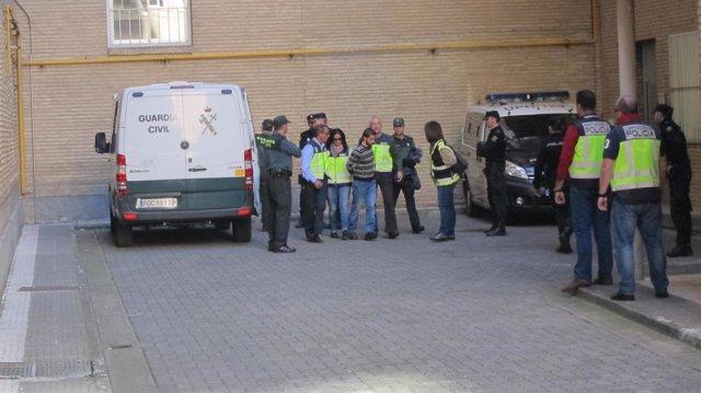 Miguel Carcaño (jersey a rayas), a su llegada al Hospital
