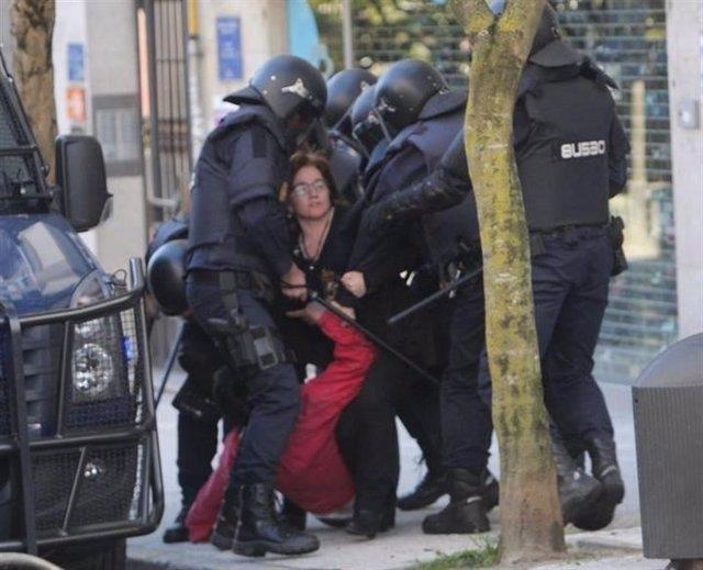 La diputada Montse Prado con antidisturbios
