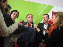 En el centro, el representante de UGT en Calar Alto, Ricardo Hernández