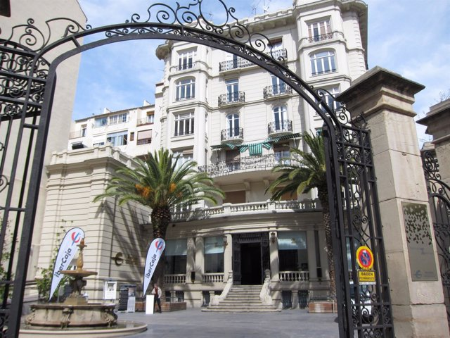 Entrada del edificio Ibercaja Zentrum en Zaragoza