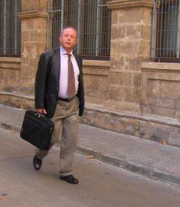 El juez José Castro, bajando la cuesta Juzgados de Palma