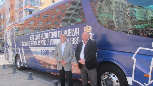 Autobús del Recreativo de Huelva serigrafiado con imágenes de la provincia.