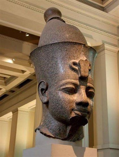 Un hallazgo español en Egipto hará revisar quién fue el padre de Tutankamón