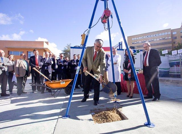 El rector de la US, Antonio Ramírez de Arellano, coloca la primera piedra