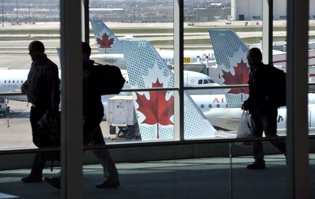 Aviones y clientes de Air Canadá.
