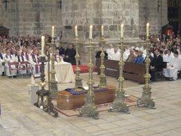 El féretro de Delicado Baeza con sus atributos de arzobispo durante su funeral