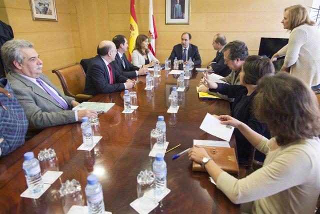 Diego se reúne con miembros de CERMI Cantabria