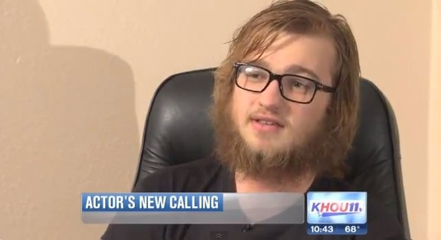 Angus T Jones durante una entrevista a KHOU - YouTube