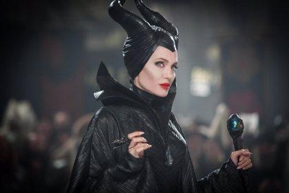 Angelina Jolie maldice a Aurora en el nuevo tráiler de Maléfica (Maleficent)