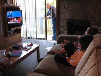 Pasar mucho tiempo frente a la tele o al ordenador durante la infancia, posible señal de problemas familiares