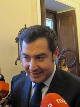 Juan Manuel Moreno  Bonilla atendiendo a los medios en el Ayuntamiento de Cádiz