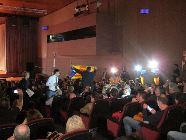 Esteladas y gritos a favor de la independencia interrumpen el acto de Pimec
