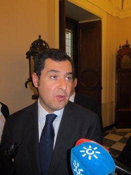 Juan Manuel Moreno atendiendo a los medios en el Ayuntamiento de Cádiz