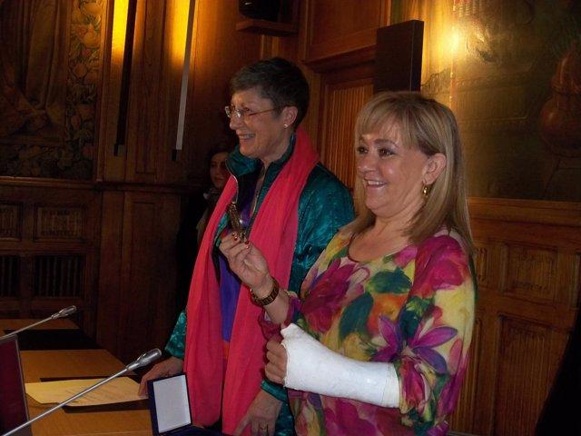 Isabel Carrasco, (derecha) recibe la medalla de honor.