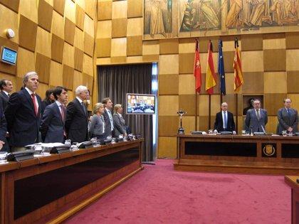 El Pleno del Ayuntamiento guarda un minuto de silencio por Adolfo Suárez y por el alcalde de Bilbao