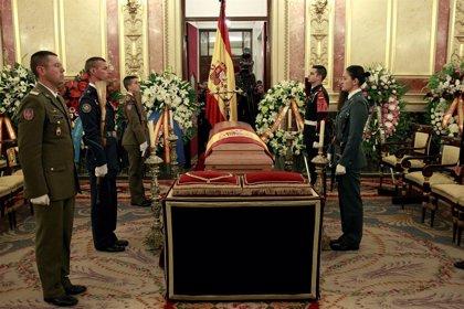 """El Rey, emocionado y con """"gran pena"""" tras visitar la capilla ardiente de Adolfo Suárez"""
