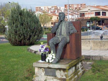 Vecinos de Plasencia (Cáceres) honran la memoria de Adolfo Suárez con flores ante su efigie en la localidad