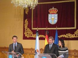 El comisario de Política Territorial, J.Hahn, y Alberto Núñez Feijóo en Santiago