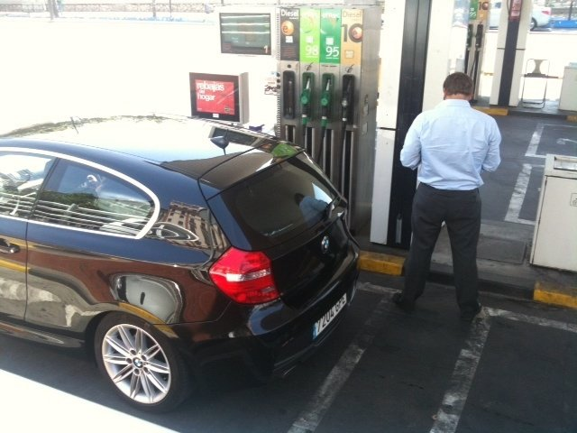 Repostando gasolina en una gasolinera