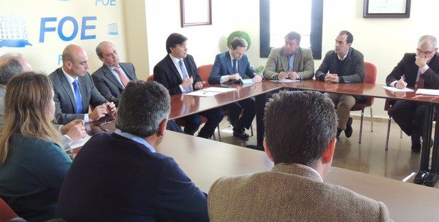 Miembros del grupo municipal socialista se reúnen con empresarios en la FOE.
