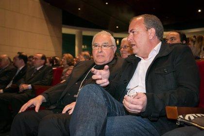 Monago asiste al pregón de Semana Santa de Badajoz ofrecido por el exalcade Miguel Celdrán