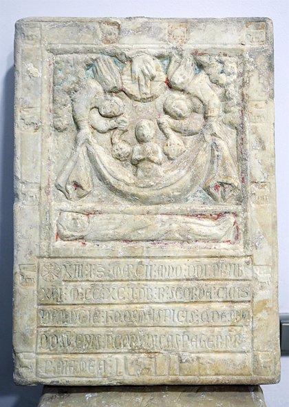 Hallan en la Catedral una lápida funeraria completa del siglo XIII