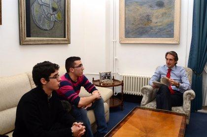 CANTABRIA.-Santander.- Dos alumnos del IES Santa Clara realizan una encuesta sobre SmartSantander