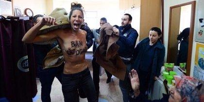 """Activistas de FEMEN entran en un colegio electoral de Estambul al grito de """"¡Prohíbe a Erdogan!"""""""