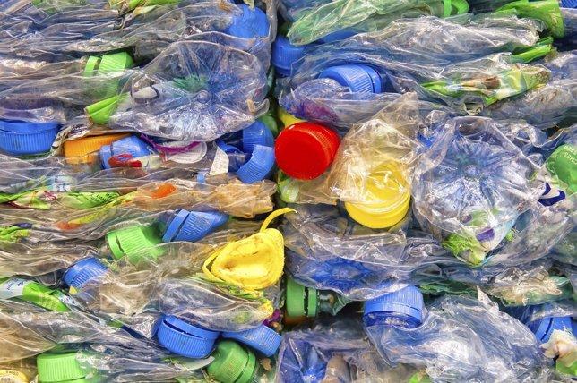 Botellas de plástico y tapones