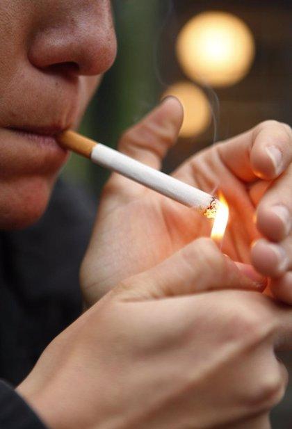 Comenzar a fumar pronto puede aumentar el riesgo de tener hijos con sobrepeso