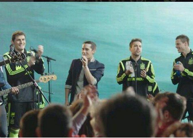 Los jugadores de la selección cantan junto a Maldita Nerea la canción de La Roja