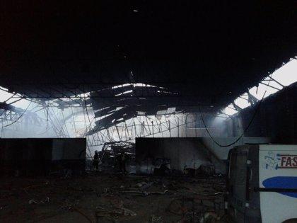 Bomberos de Cartagena controlan un incendio en un antiguo concesionario de coches