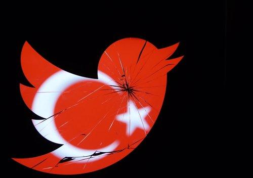 Bandera de Turquía vista a través de un logo de Twitter